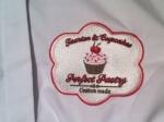 Perfect Pastry - detailfoto van de koksbuis, geborduurde logo