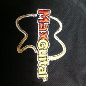 MaxGuitar - logo op borst